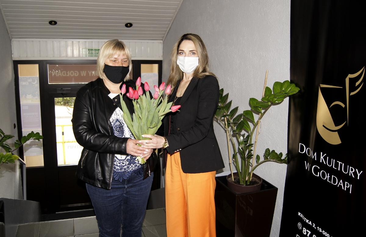 Dyrektor Domu Kultury i zastępca Burmistrza Gołdapi z kwiatami
