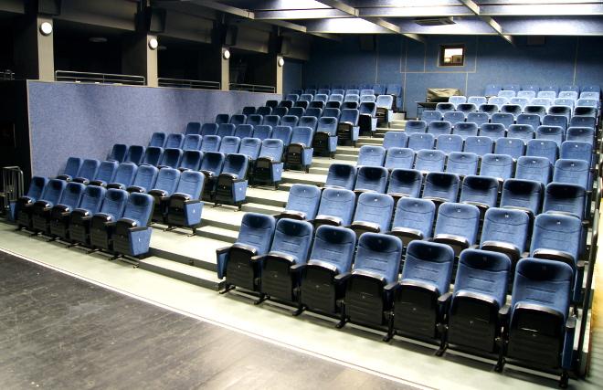 Zdjęcie siedzeń w kinie