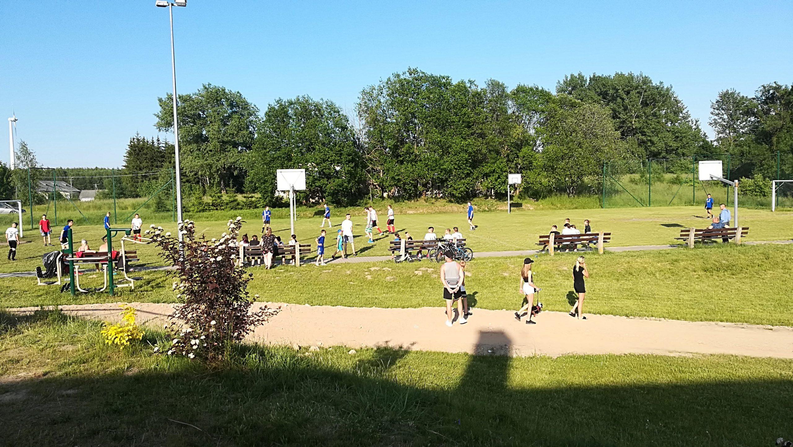 Zdjęcie meczu piłki nożnej Świetlicy Wiejskiej w Kozakach i Świetlicy Wiejskiej w Górnem